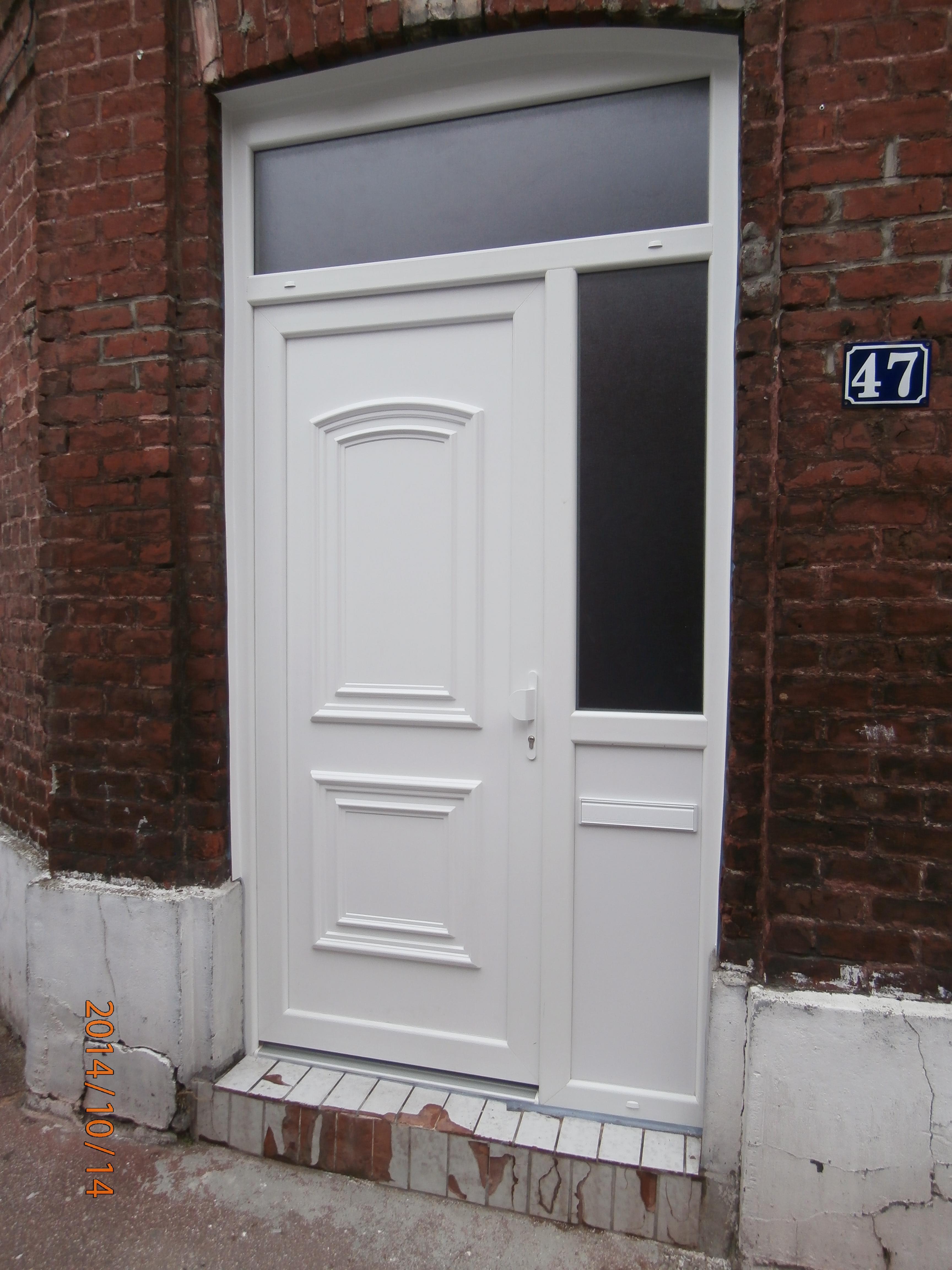 Pose d une porte d entr e de maison en pvc for Porte d entree maison